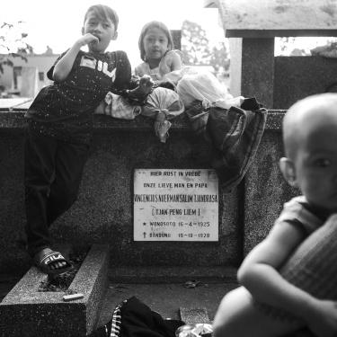 """The """"invisible"""" slum of Bandung Cemetery - La slum """"invisibile"""" del cimitero di Bandung"""