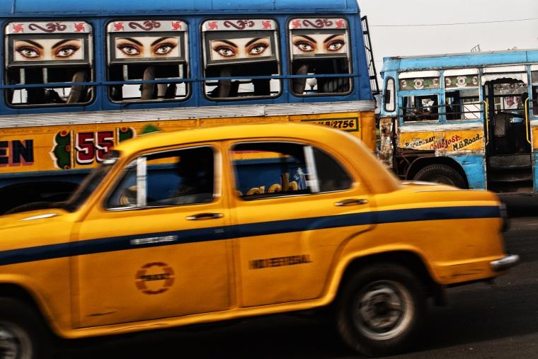 """India, CALCUTTA: Quando tenti di mettere la cintura di sicurezza e il taxista ti dice """"non metterla, non serve!"""""""