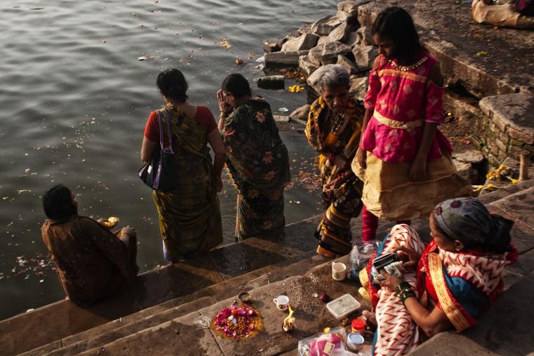 India, VARANASI: Fa talmente caldo che l'idea di un bagno sul Gange sta cominciando a diventare allettante...
