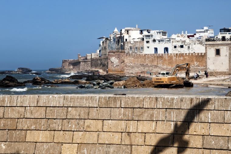 Marocco, ESSAOUIRA: Dove tutti fotografano le barche, vado io e trovo una ruspa